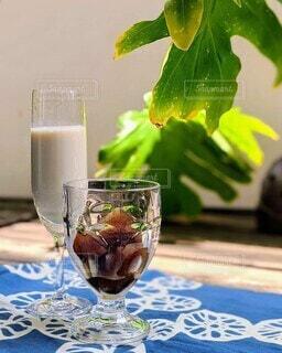 家カフェで、氷アイスコーヒーと豆乳で夏の冷たい飲み物の写真・画像素材[4526686]