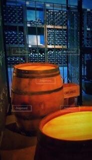 ワイン樽と瓶の写真・画像素材[4455327]