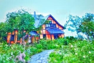 新緑か囲まれた家・画像素材の写真・画像素材[4455334]