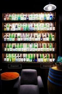 日本酒棚をひとり占め・画像素材の写真・画像素材[4455338]