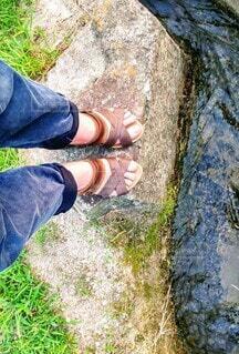 川の前に立つ人の足もとの写真・画像素材[4464241]