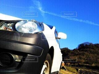 車と青空、飛行機雲の写真・画像素材[4464385]
