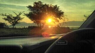 車内から眺める夕日の写真・画像素材[4466940]