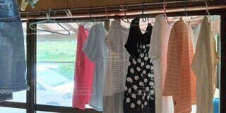 窓辺で部屋干しされている洗濯物の写真・画像素材[4625334]