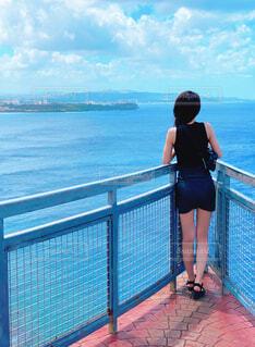 海を眺める後ろ姿の写真・画像素材[4455402]