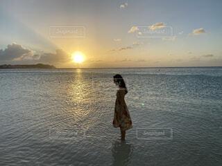 海の中で佇む女の写真・画像素材[4455388]