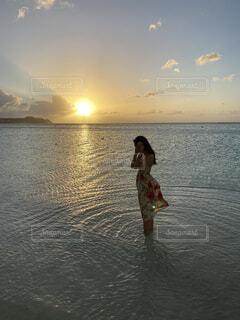 水の体の隣に立っている人の写真・画像素材[4588554]