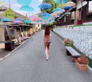人が通りを歩いているの写真・画像素材[4588758]