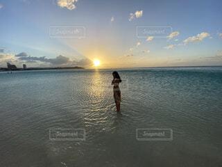 水の体の隣に立っている男の写真・画像素材[4588742]
