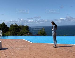 浜辺に立っている人の写真・画像素材[4588759]