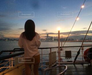 水の体の隣に立っている人の写真・画像素材[4588762]