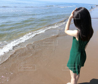 海を見つめる女性の写真・画像素材[4588765]