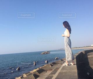 海を眺める人の写真・画像素材[4593443]
