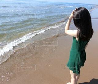ビーチの前に立っている女性の写真・画像素材[4654062]