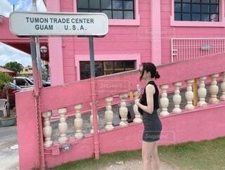 建物の前に立っている女性の写真・画像素材[4658808]