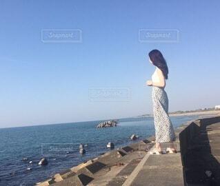 海を見ている人の写真・画像素材[4674738]