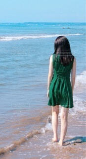海岸を歩く女性の写真・画像素材[4674737]
