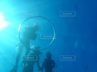 水の中を泳いでいる人の写真・画像素材[4899808]