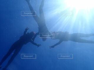 水の中で泳いでいる男の写真・画像素材[4899806]
