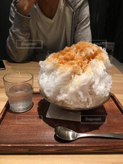 ドーナツを食べるテーブルに着席した人の写真・画像素材[1355685]