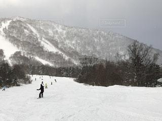雪山を眺めながらスノボの写真・画像素材[1718724]