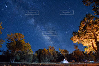 天の川の下でキャンプの写真・画像素材[4463811]