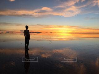 ウユニ塩湖の夕日の写真・画像素材[4623327]