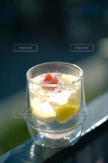 キラキラ輝くフルーツサイダーの入ったコップの写真・画像素材[4467470]