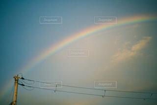 雨が止んで空にかかる虹の写真・画像素材[4468913]