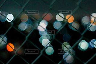 フェンス越しの夜景の写真・画像素材[4483073]