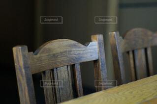木製の椅子とテーブルの写真・画像素材[4493433]
