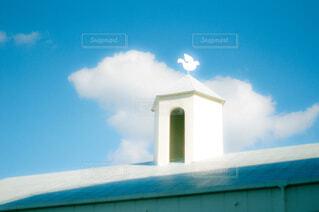 青空と白い建物の写真・画像素材[4493529]