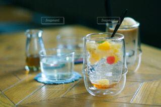 テーブルの上に置かれた飲み物の写真・画像素材[4507854]