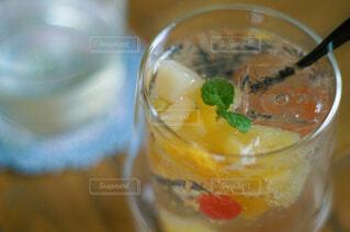 フルーツサイダーの入ったガラスのコップの写真・画像素材[4508000]
