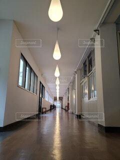 しずくランプと学校の廊下 廃校リノベーションの写真・画像素材[4533741]