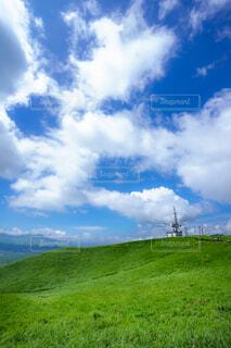 空に雲が立つ大きな緑の畑の写真・画像素材[4466351]