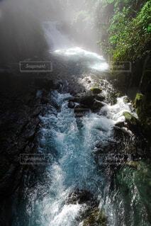 滝の上に波に乗っている男の写真・画像素材[4466352]