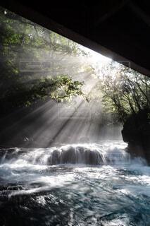 水の上に大きな滝の写真・画像素材[4466353]