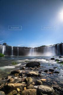 水の体の上に大きな滝の写真・画像素材[4466365]