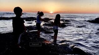 自然,海,空,夕日,屋外,ビーチ,雲,夕暮れ,水面,海岸,北海道,子供,大自然,人物,人,夕陽,海と子供,海と人