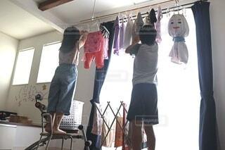 部屋に立っている人々のグループの写真・画像素材[4631875]