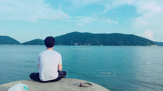 男性,風景,海,空,夏,屋外,ビーチ,雲,晴れ,晴天,島,船,水面,山,人物,人,港,釣り,夏休み,小豆島,休暇