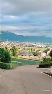 風景,空,屋外,雲,道路,山,家,樹木,道,草木,テキスト