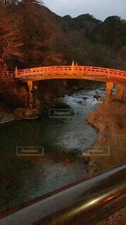 橋,屋外,夕焼け,水面,夕方,山,洞窟