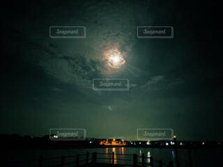 海,空,夜,夜景,夜空,屋外,暗い,水面,月,明るい