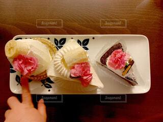 食べ物,ケーキ,屋内,デザート,料理,おいしい,ガトーショコラ,母の日,ショートケーキ,イチゴ,つまみ食い,おうち時間