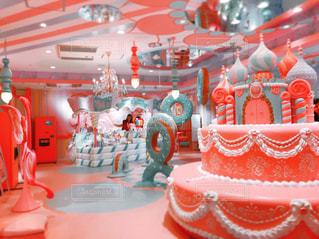 テーブルに赤と白のケーキの写真・画像素材[874372]