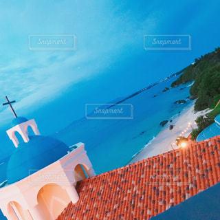 空を飛んでいる飛行機の写真・画像素材[899875]