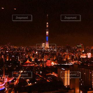 夜のライトアップされた街の写真・画像素材[914761]