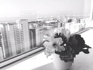 テーブルの上の花の花瓶の写真・画像素材[1248148]